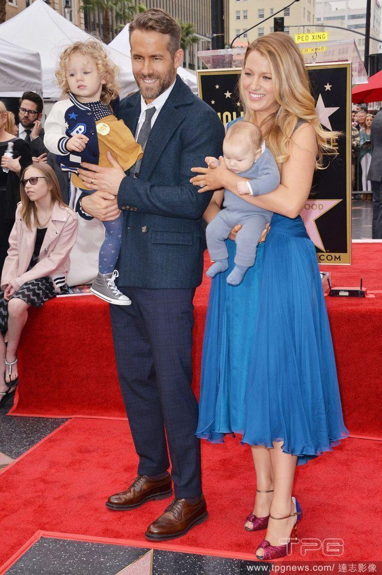 萊恩雷諾斯&布蕾克萊佛莉與兩個孩子。圖/達志影像