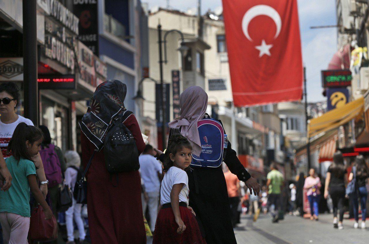 美國財長米努勤表示,如果土耳其不釋放遭拘留的牧師,將擴大對土國的制裁。 美聯社