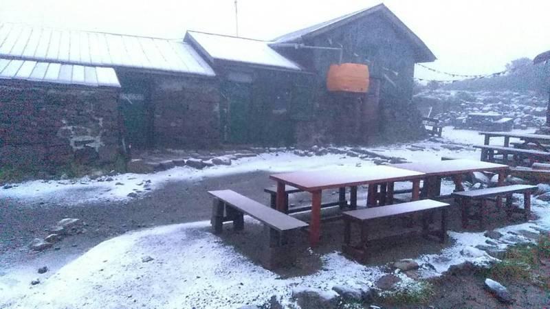 日本北海道大雪山系黑岳下起今年首場「初雪」。圖/摘自大雪山層雲峡・黒岳ロープウェイ粉絲團