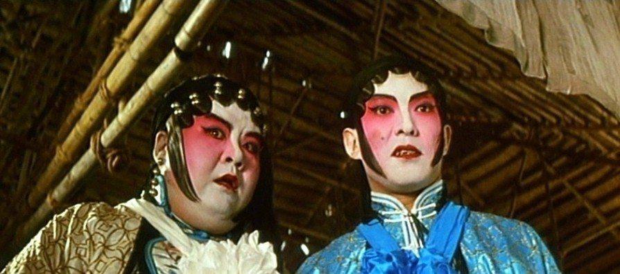 元彪和鄭則仕有假扮成花旦的搞笑演出。圖/摘自HKMDB