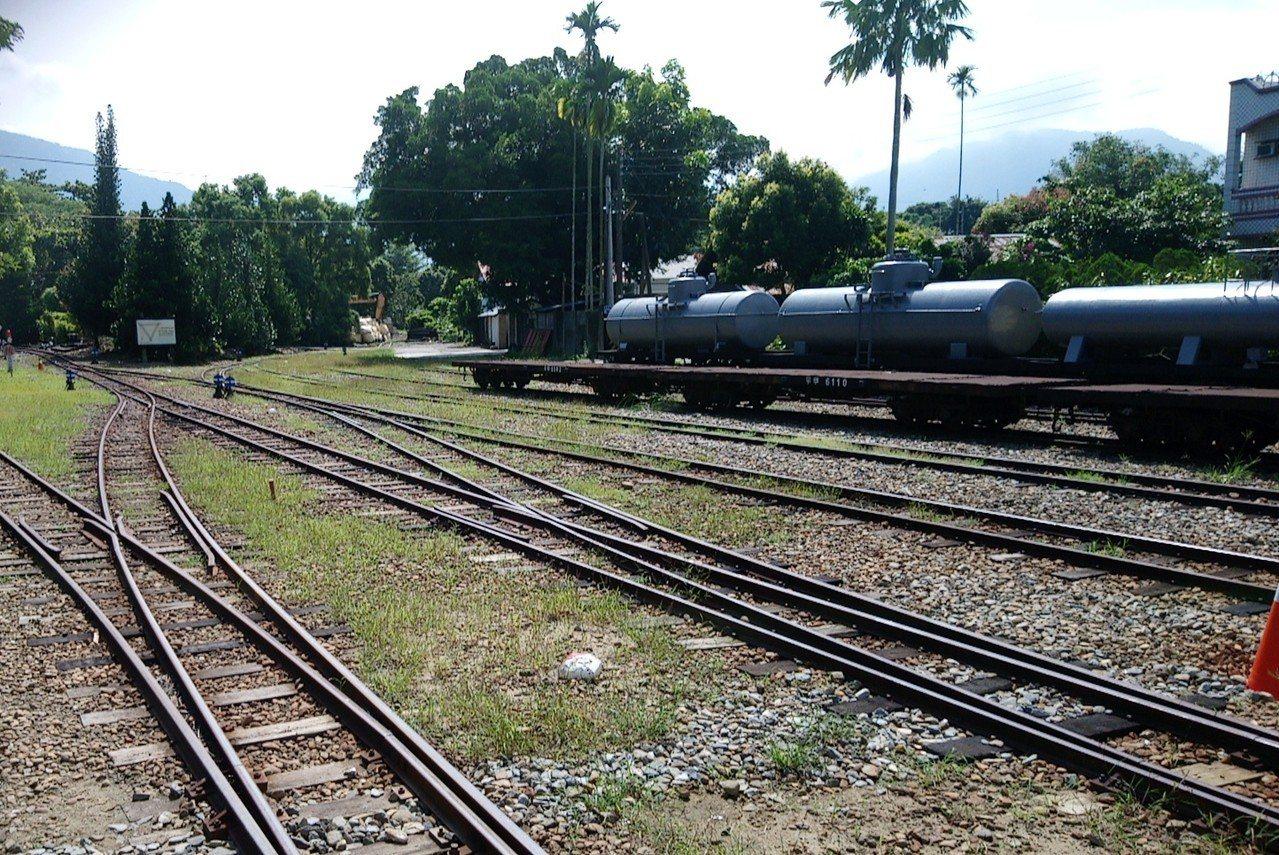 竹崎車站有七個軌道的大站,也是平地和山區線交接點,有三角線鐵道讓車頭調轉方向。記...