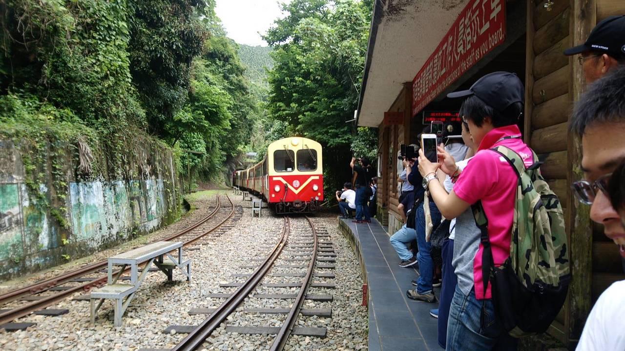 越過螺旋型路路線後,列車登上獨立山站。記者謝恩得/攝影