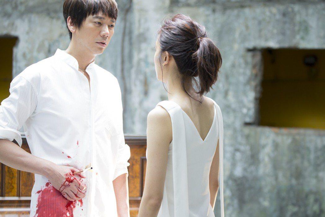 信的新歌「一眼一生」MV找來陳庭妮當女主角。圖/狠耐聽音樂工作室提供