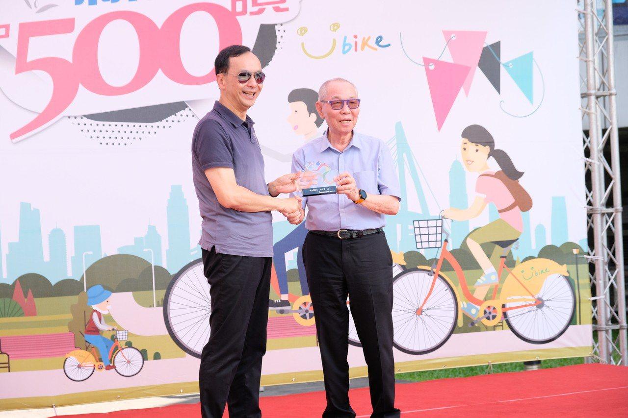 微笑單車董事長劉金標(右)致贈獎牌給朱立倫。記者張曼蘋/攝影