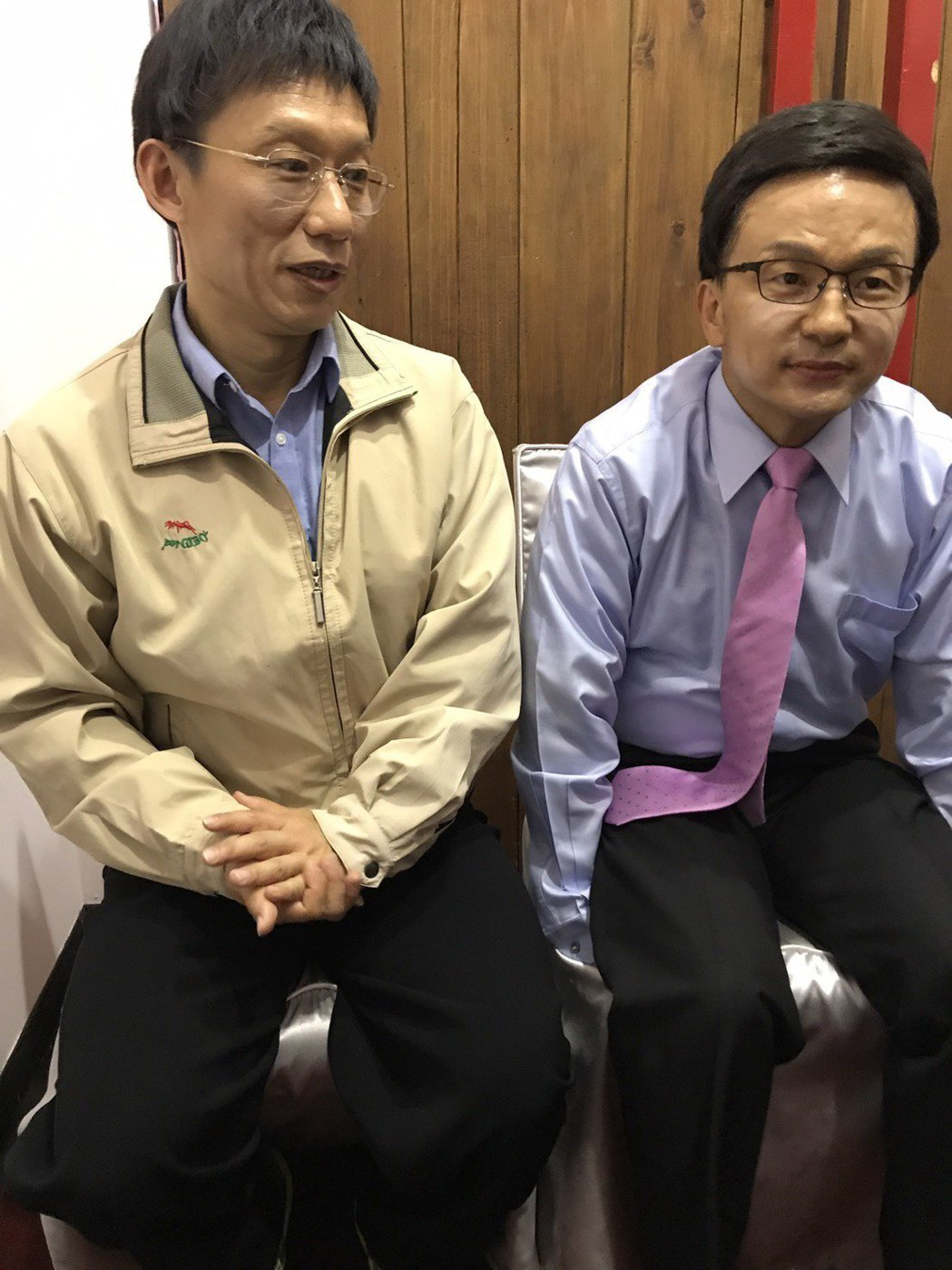 唐從聖(右)正式加入模仿台北市長候選人行列,和郭子乾一起分碗飯吃。記者葉君遠/攝...