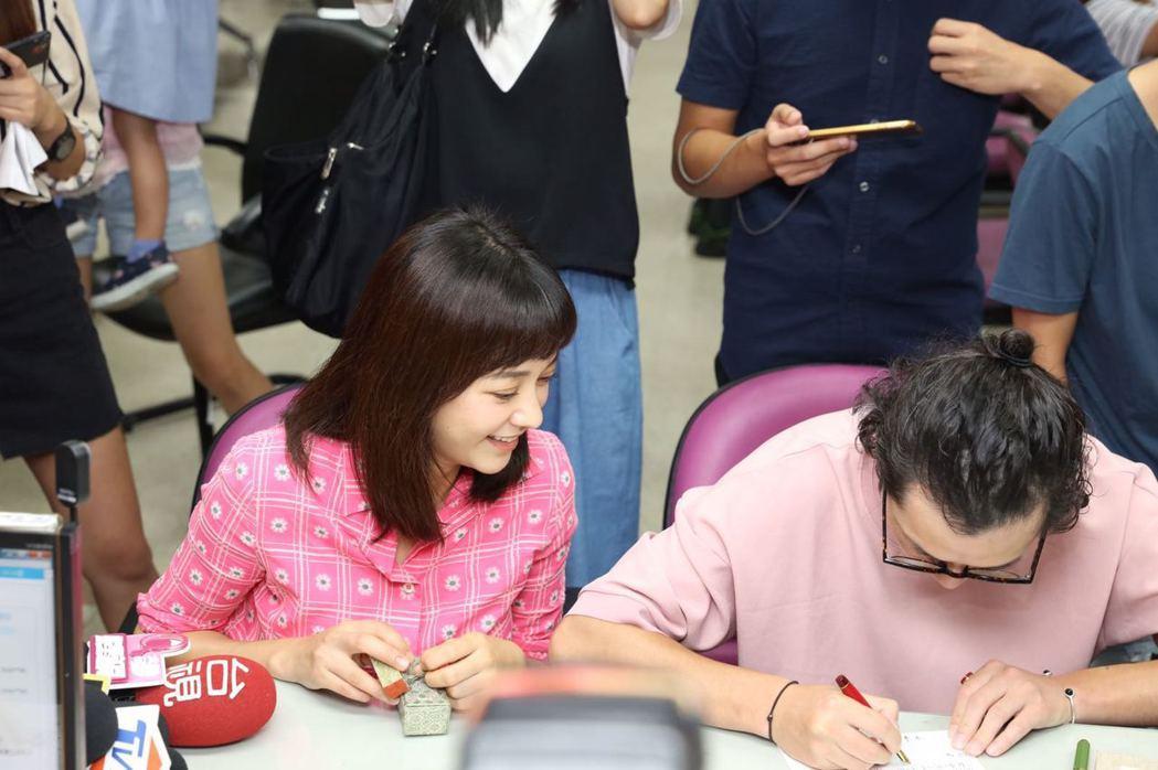 陳意涵(左)成為人妻,嫁給導演許富翔(右)。圖/經紀人岳潼提供