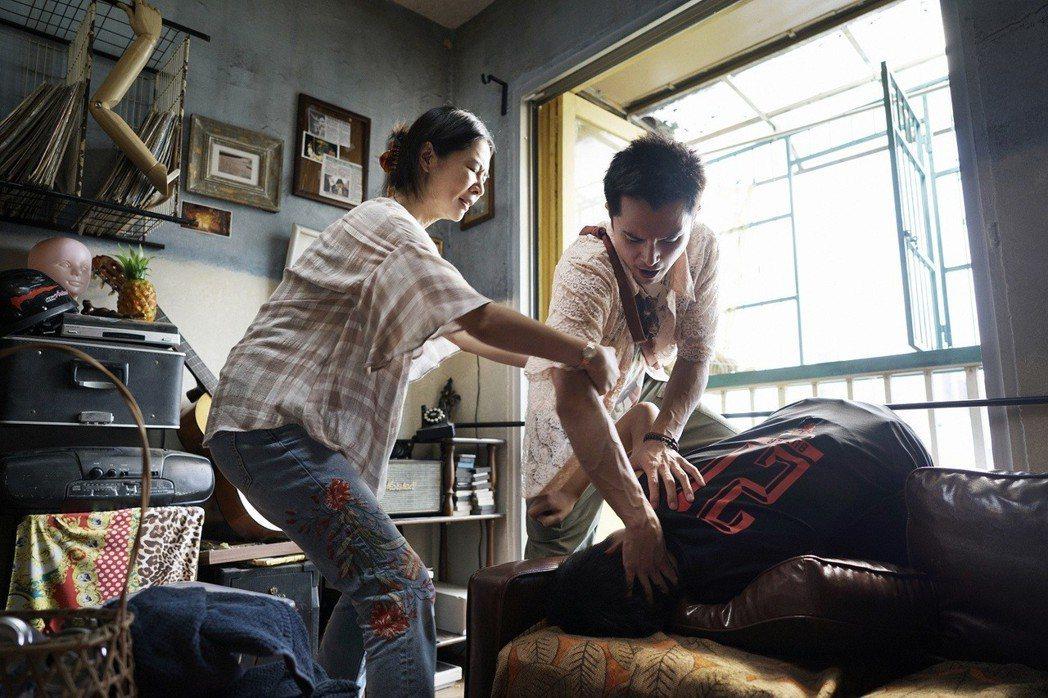 邱澤(右)、謝盈萱(左)在「誰先愛上她的」有不少對手戲。圖//親愛的工作室提供