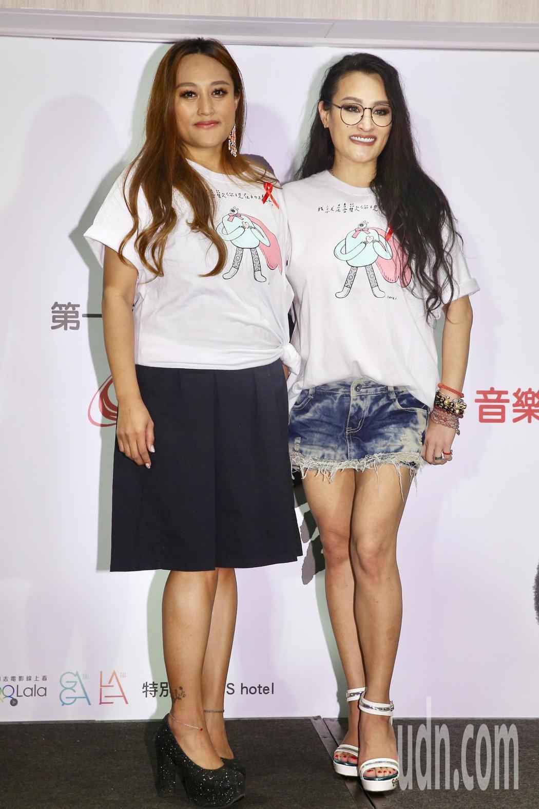 紀曉君(右)、家家(左)出席,希望藉此活動,用音樂的力量消彌對愛滋的恐懼。記者林...