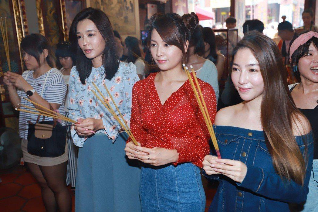 李又汝(左起)、謝京穎、張家瑋到霞海城隍廟拜拜。圖/民視提供