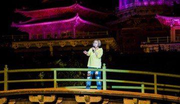 演出資歷超過30年的台灣拉丁爵士女王官靈芝 ,日前與好友到少林寺參觀,當地正在進行全球最大山地實景演出「禪宗少林、音樂大典」,禪宗少林的音響總監邀請她上台演出,意外讓她成為第一位在「世界最大天然舞台...