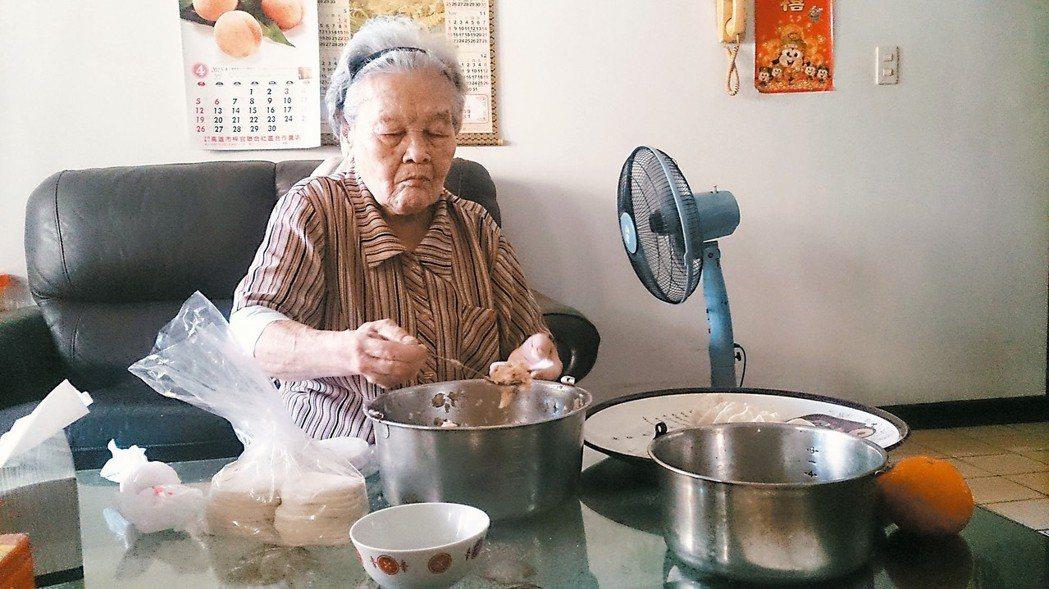 20年了,婆婆冰箱中,總是放滿自己包的手工水餃!高麗菜、韭菜跟蝦仁。 圖/李淑華...
