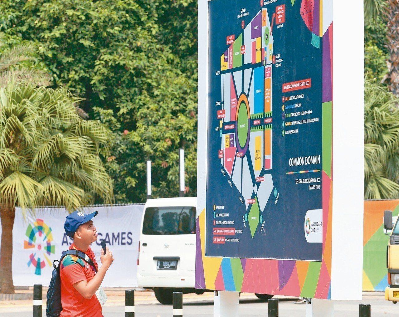 工作人員對賽場位置分配圖仍未熟悉。 特派記者陳正興/雅加達攝影