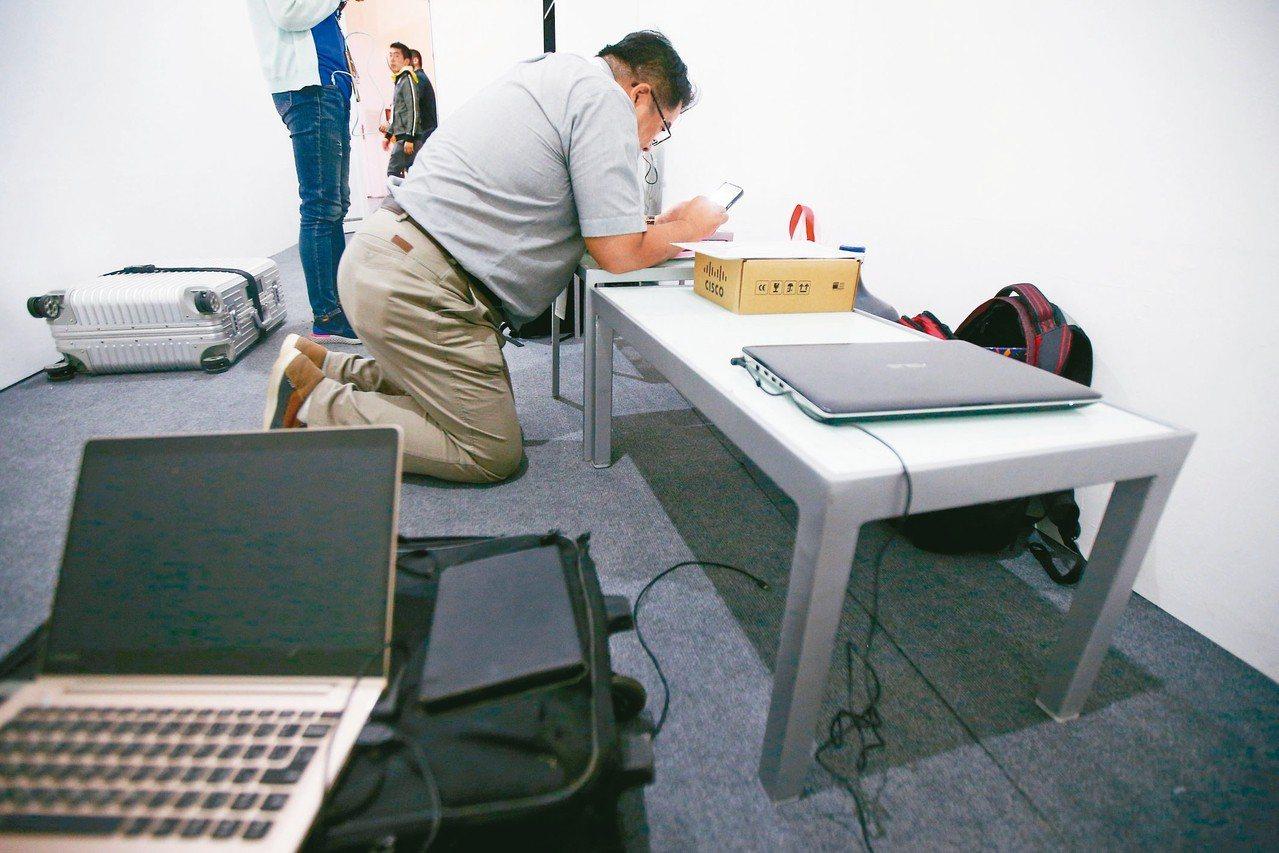 辦公室桌椅與物品遲遲未能進駐。 特派記者陳正興/雅加達攝影