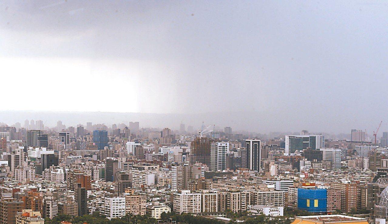 大台北部地區昨天午後局部短時強降雨,暴雨移動的畫面剛好被拍下來。 記者曾吉松/攝...