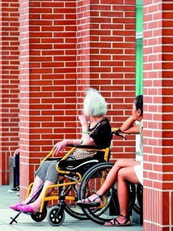 目前台灣約七十六萬名失能、失智及身心障礙者,約一成使用住宿式機構,近三成聘僱移工...