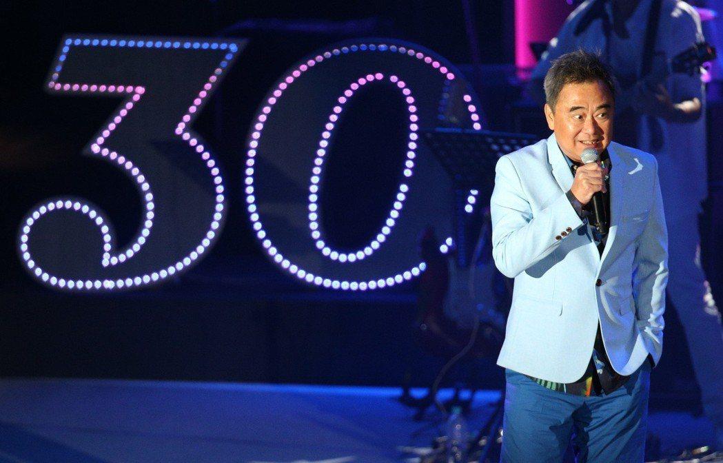 歌手陳昇在高雄舉辦華人公寓入行30年演唱會,陳昇唱出多首經典歌曲,場面熱烈。記者...