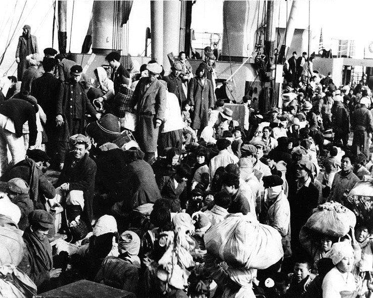 興南大撤退時,成功搭上美國軍艦梅雷迪思勝利號的北韓難民。這艘軍艦總共帶走了1萬4...