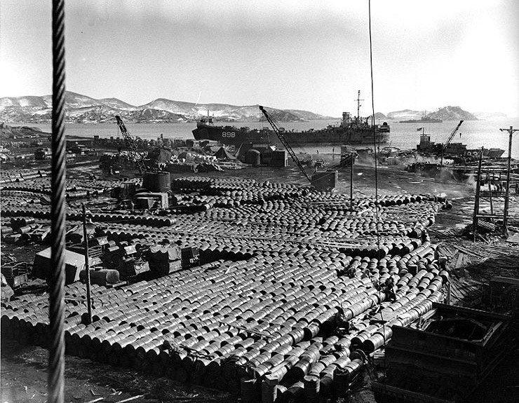 1950年12月14日,美軍堆放在咸興市興南港的油桶。在興南大撤退時,由於難民太...