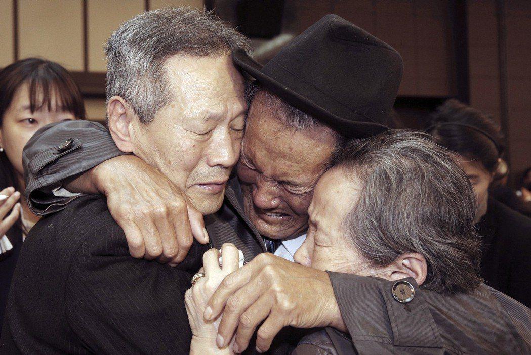 兩韓上次舉辦離散家屬團聚是在2015年10月,當時一名北韓人(中)在團聚結束時,...