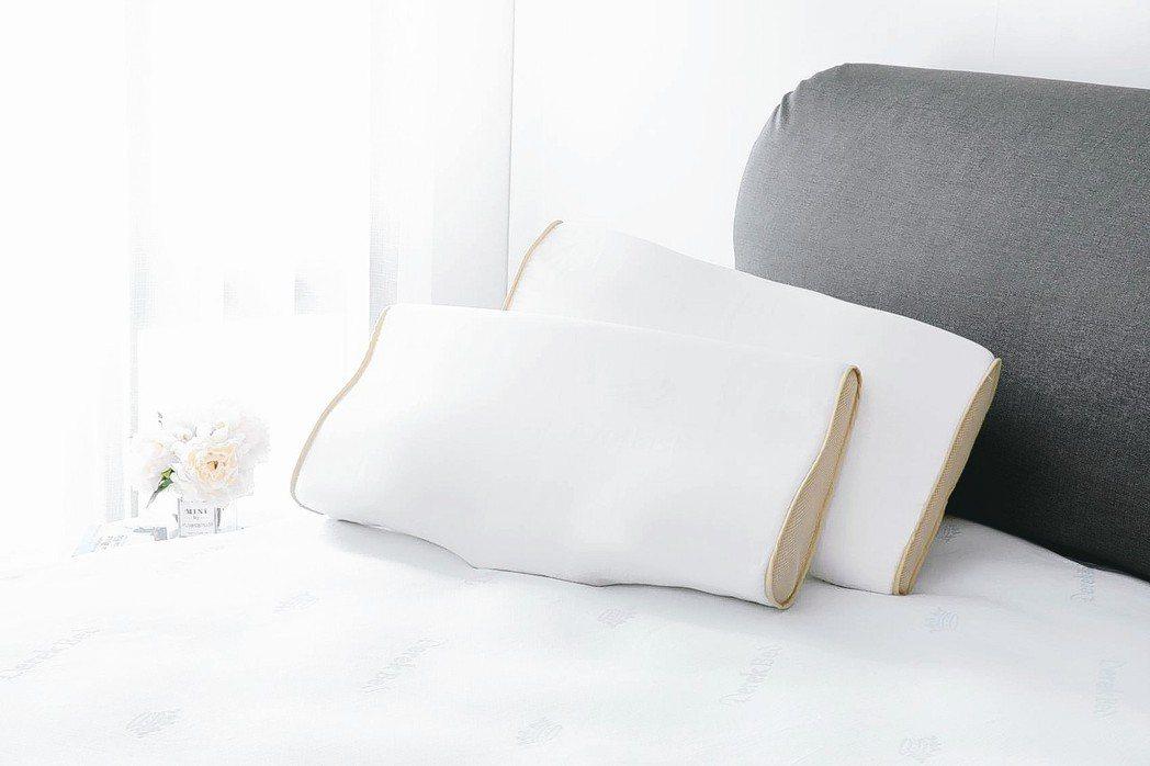 適合炎炎夏日使用的親水涼感記憶枕,單顆1990元。 德瑞克名床/提供