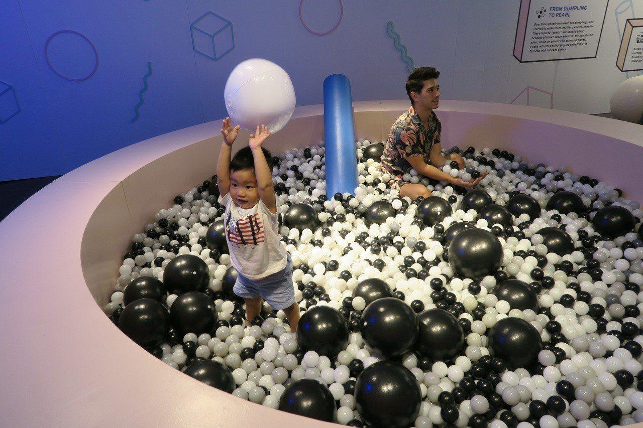 紐約第2屆台灣珍奶藝術節展場內有個放滿大小黑白氣球的珍珠池,充滿巧思。 中央社
