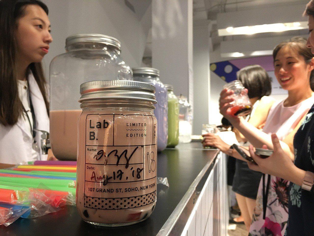 紐約第2屆台灣珍奶藝術節17日登場,設計師從實驗室概念出發,讓訪客從選料、加冰塊...