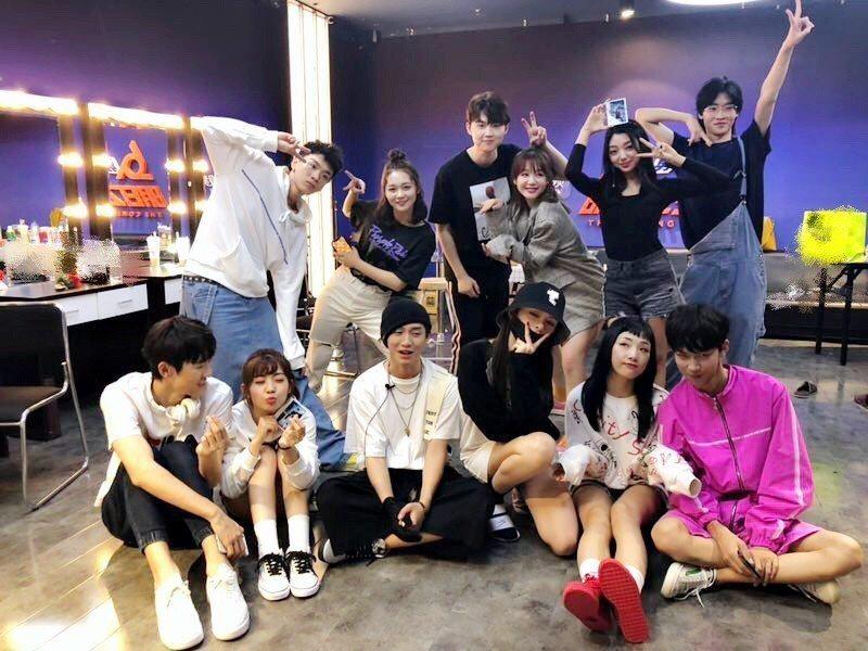 節目結束後,李宇春還淡定與來賓一起合照。圖/擷自微博。