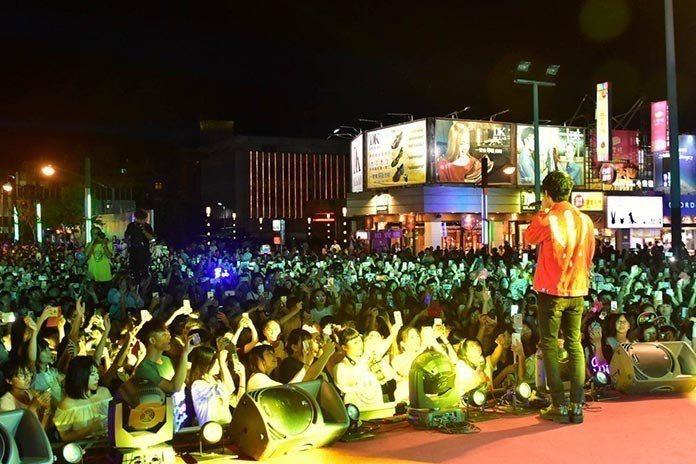 羅東七夕情人節演唱會現場氣氛嗨翻天。