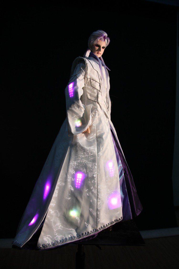 汪俐伶作品西裝版「素還真」。圖╱霹靂國際多媒體提供