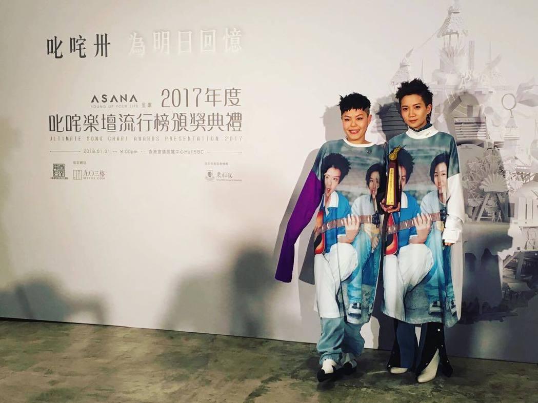 林二汶(左)在盧凱彤遺體火化那刻,忍不住痛哭。圖/摘自IG