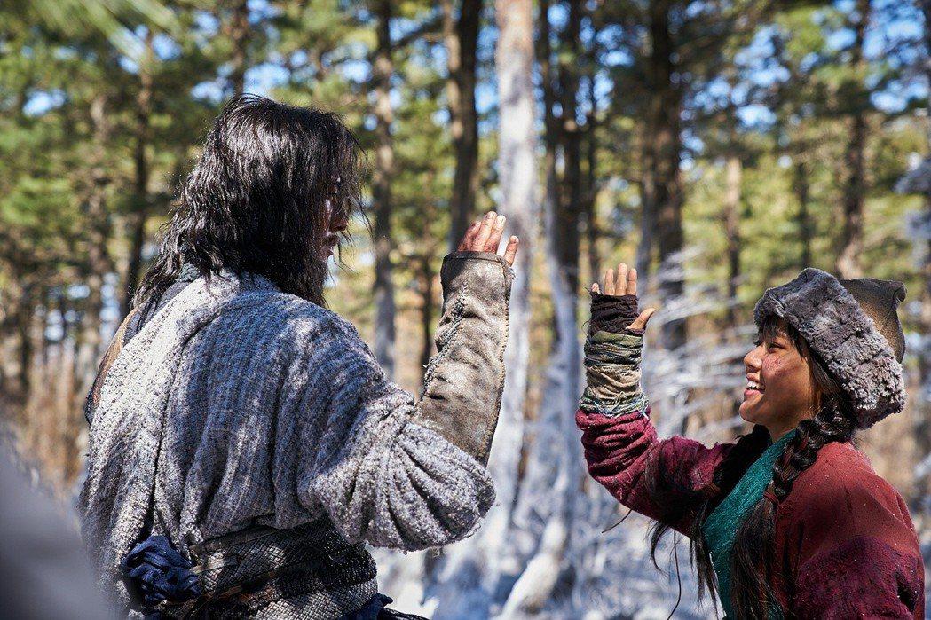 朱智勛(左)與金香起(右)的情感戲互動是「與神同行:最終審判」的大看點。圖/采昌