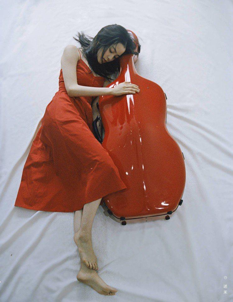 歐陽娜娜穿Maje的2018春夏系列Rimana紅色細肩帶洋裝。圖/Maje提供