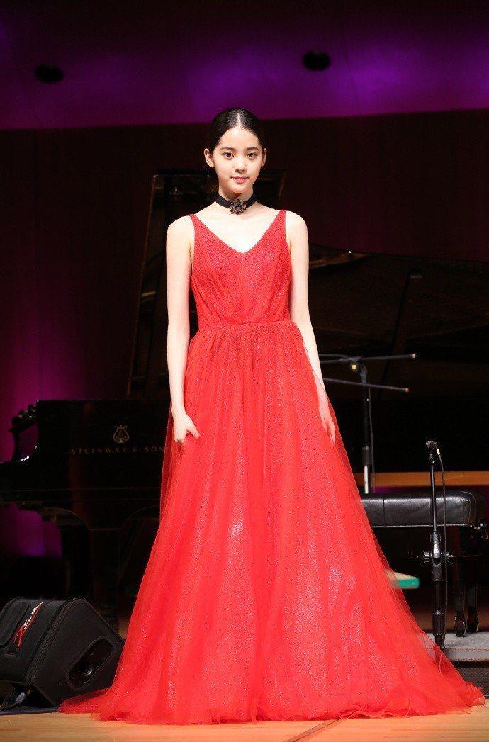 歐陽娜娜在大提琴音樂會演出時穿上閃亮的紅色洋裝。圖/取自微博