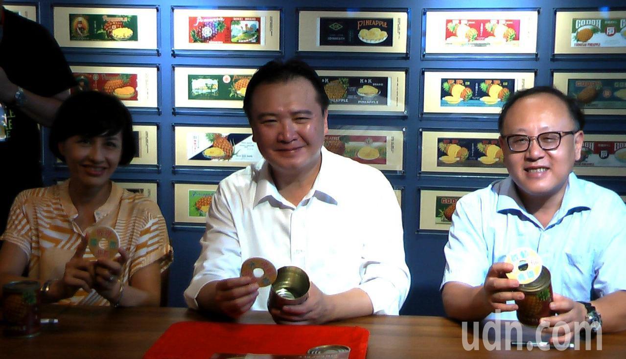 高雄市長許立明(中)、副市長史哲(右)與立委邱議瑩(左),將「再創大樹風華」、「...