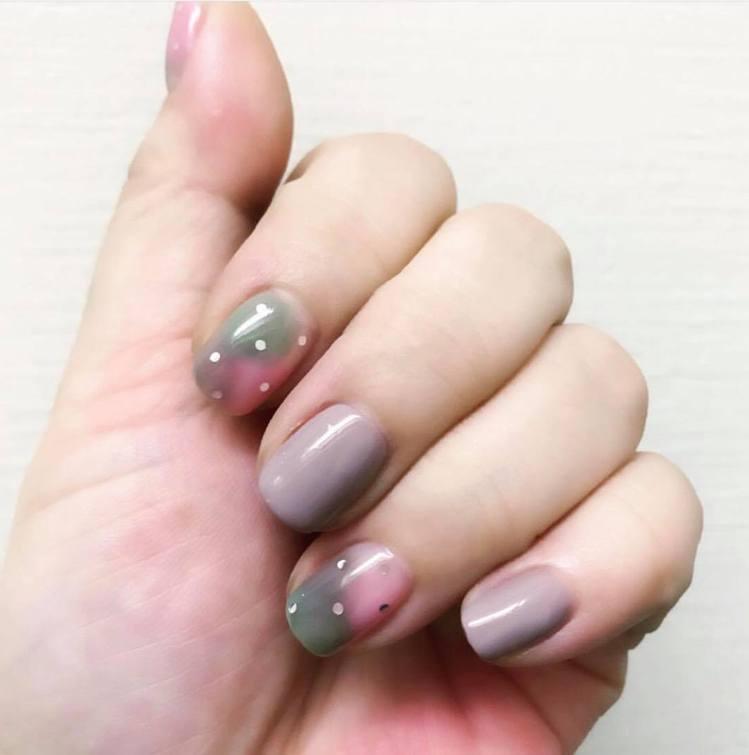 灰綠、灰紫可與肉粉色混搭,讓復古色調多點俏皮感。圖/記者陳立儀攝影