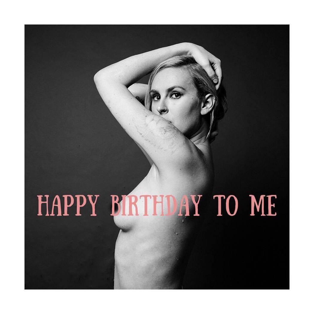 露瑪自己以上空裸照慶祝30大壽。圖/摘自Instagram