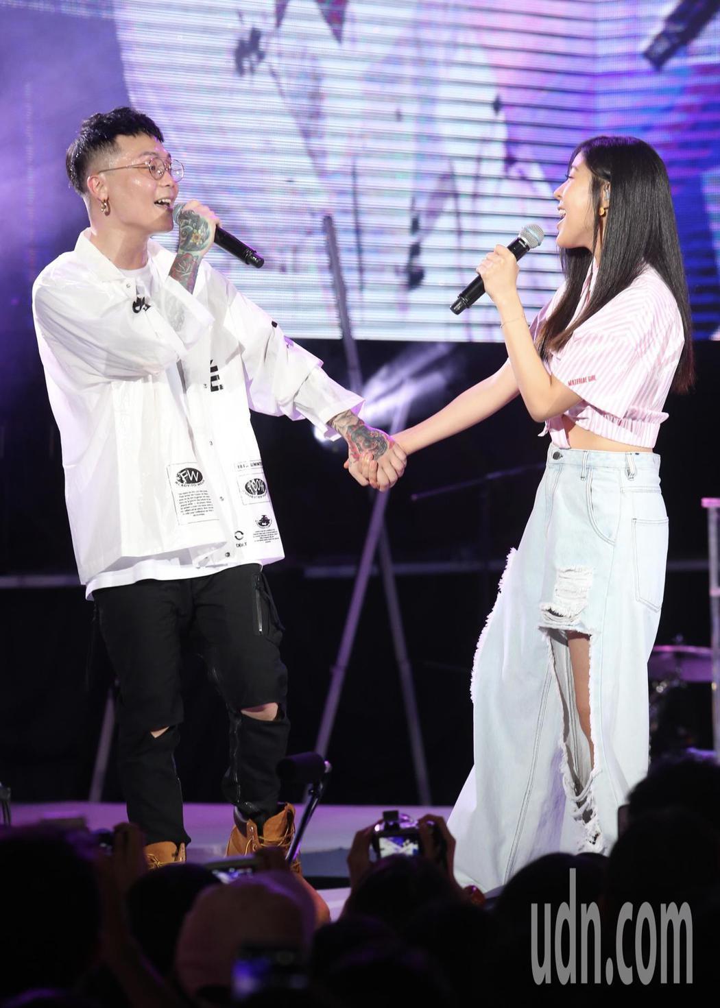 歌手蕭秉治(左)舉辦新歌演唱會,並與神秘嘉賓Erika( 右)合唱「天使見證的愛