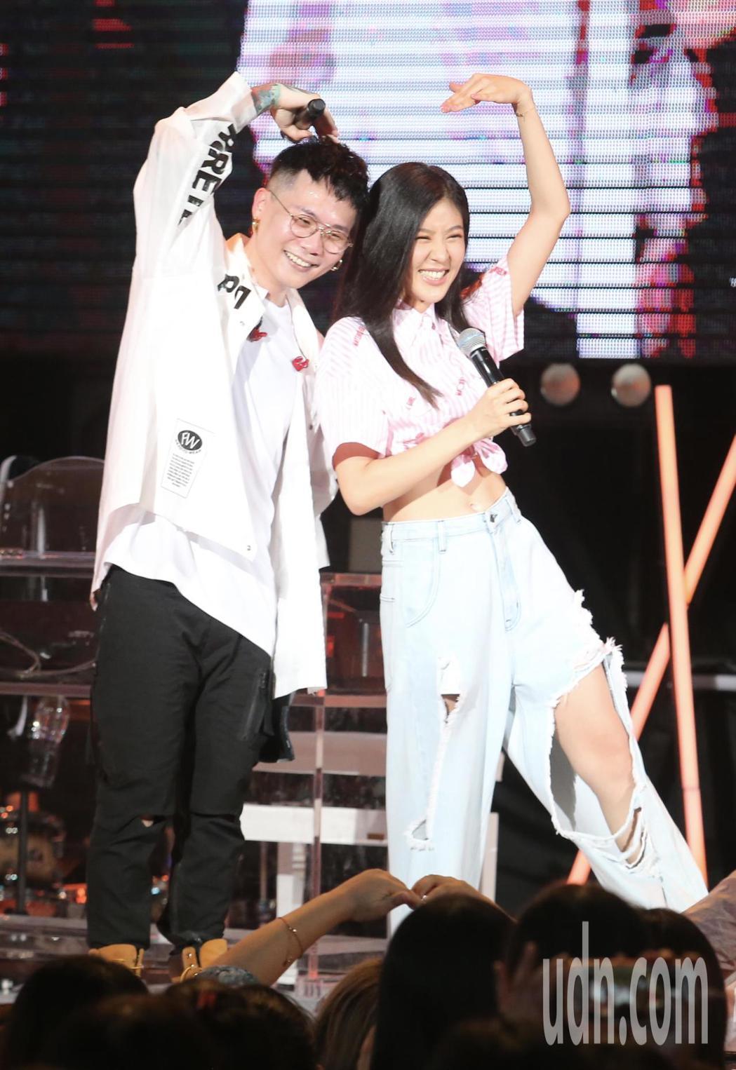 歌手蕭秉治(左)舉辦新歌演唱會,並與神秘嘉賓Erika( 右)合唱「天使見證的愛...