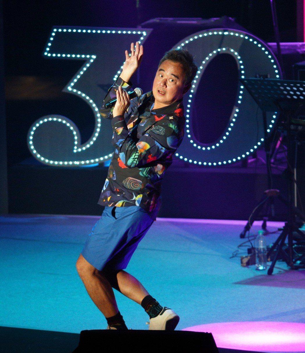 陳昇在台上扭腰擺臀,姿勢逗趣。記者劉學聖/攝影