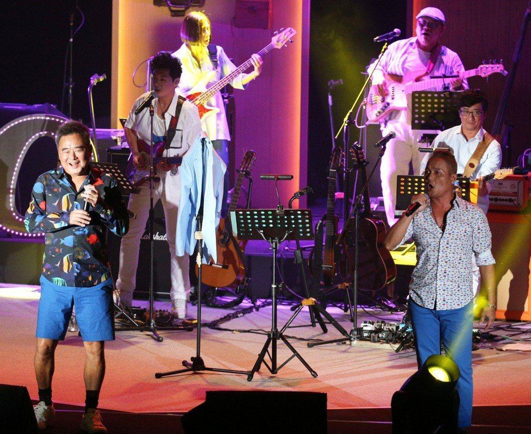 陳昇(左)和「新寶島康樂隊」的阿Van連唱多首歌曲。記者劉學聖/攝影