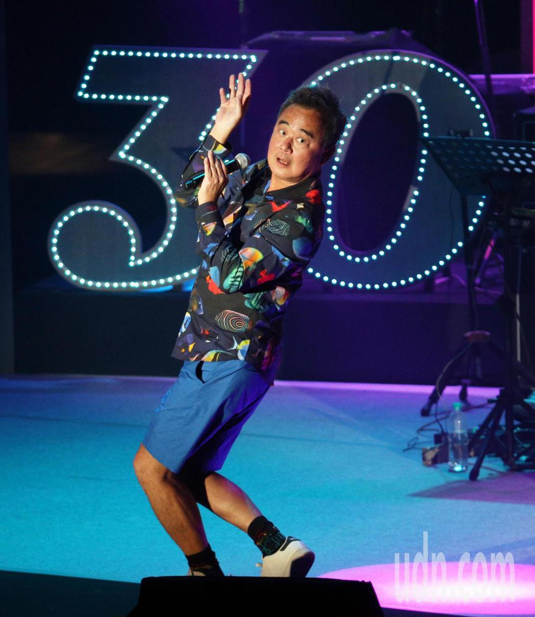 陳昇今晚在高雄舉辦30周年巡演「華人公寓」首站,他陸續帶來多首耳熟能詳歌曲,招牌...