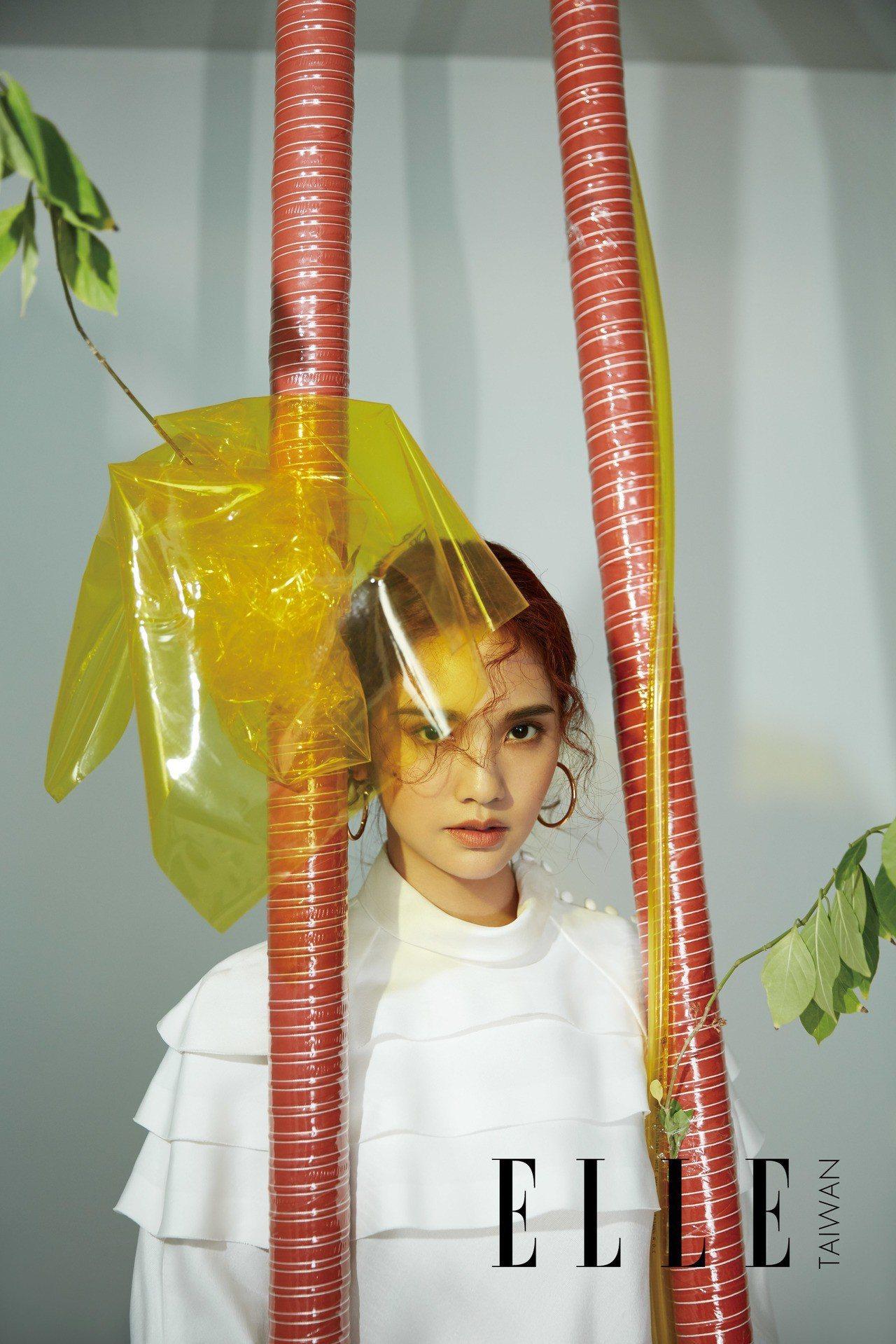 楊丞琳身穿路易威登秋冬系列白色多層連身裙。圖/ELLE雜誌提供