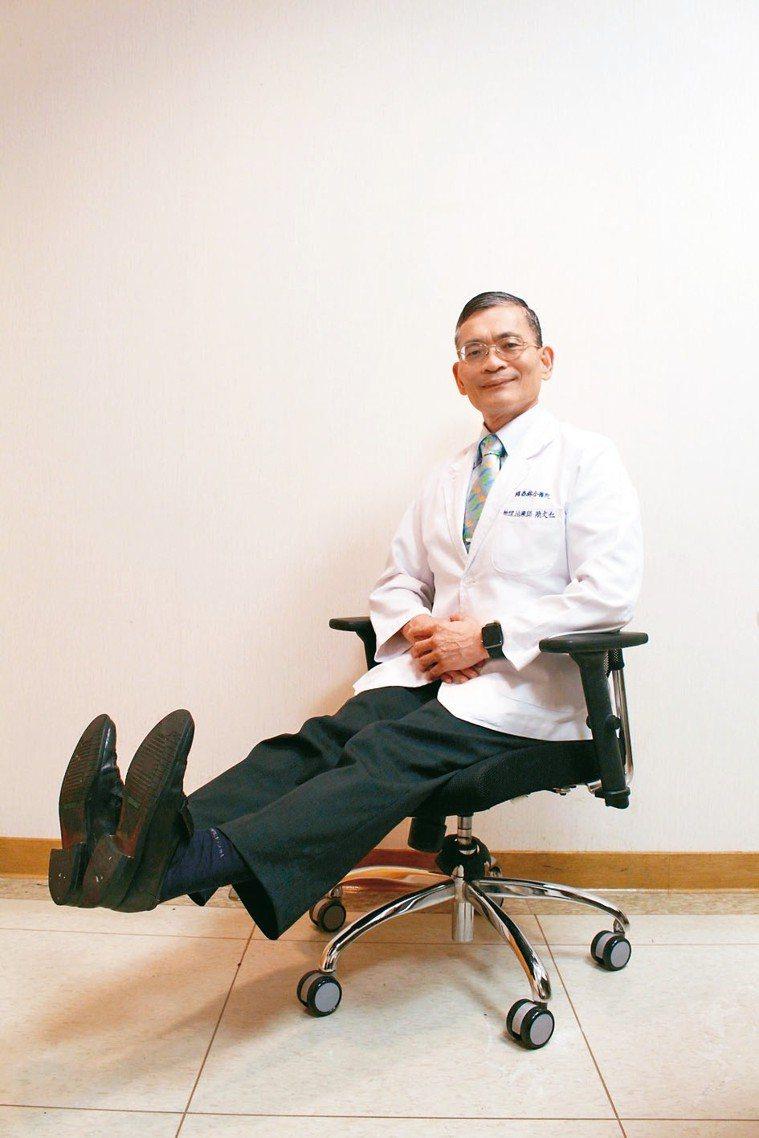 伸腿動腳踝,交替打直、平壓腳板。 記者陳婕翎╱攝影