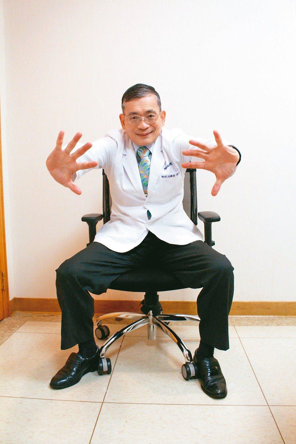 手部動作,雙手向上伸展、回歸腰間、向前伸展,可重複循環數次。 記者陳婕翎╱攝影