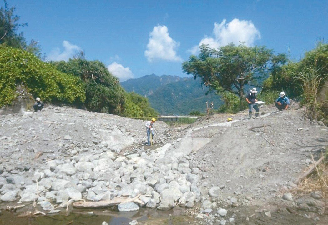 水保局台東分局降低碇橋溪出海口高壩,友善河海自然生態。 記者洪敬浤/攝影