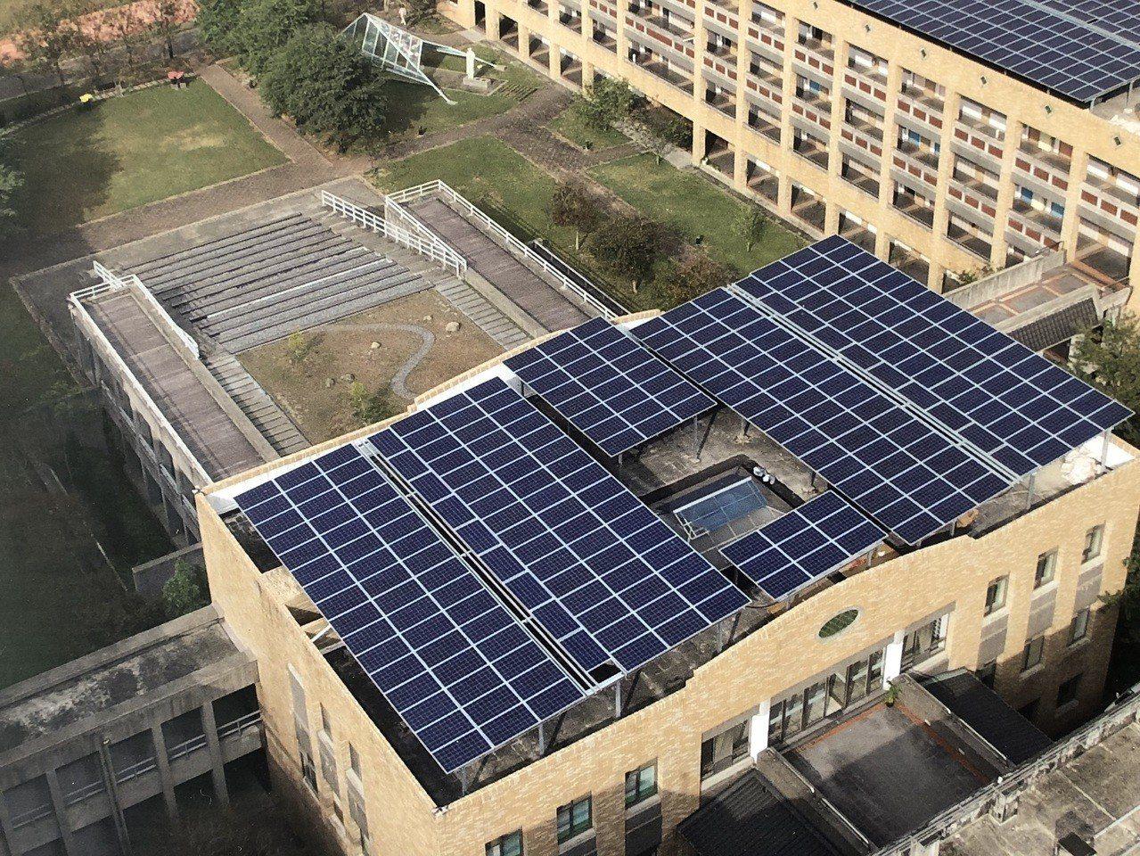 經濟部能源局表示,民眾可以改裝太陽能光電板,利用上班時間發電賣給台電賺錢。圖為南...