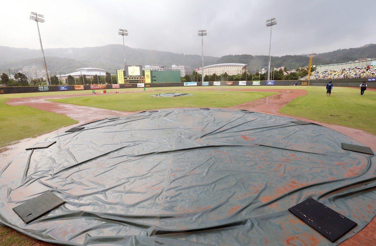 天母球場2場春季聯賽因雨比賽延賽。 報系資料照