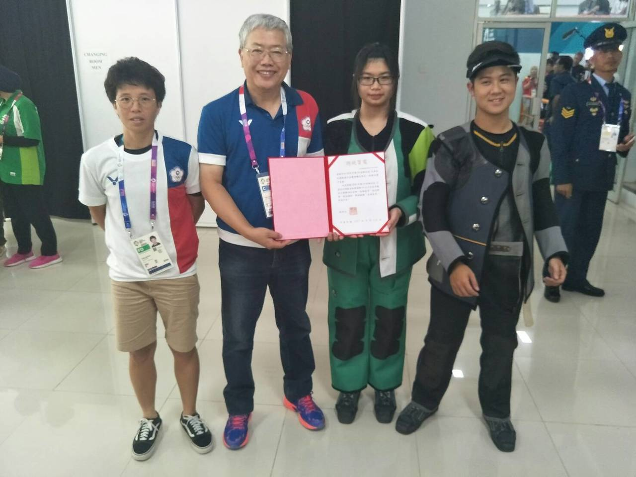呂紹全(右)、林穎欣(右二)奪得亞運10m空氣手槍金牌。 中華奧會提供