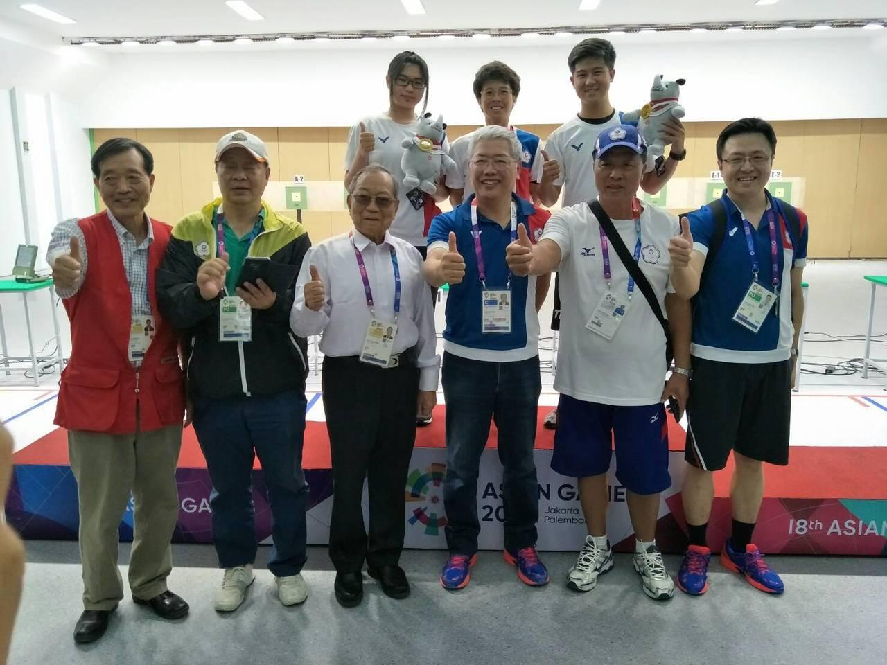 呂紹全(後右)、林穎欣(後左)奪得亞運10m空氣手槍金牌,代表團人員一起慶祝。 ...