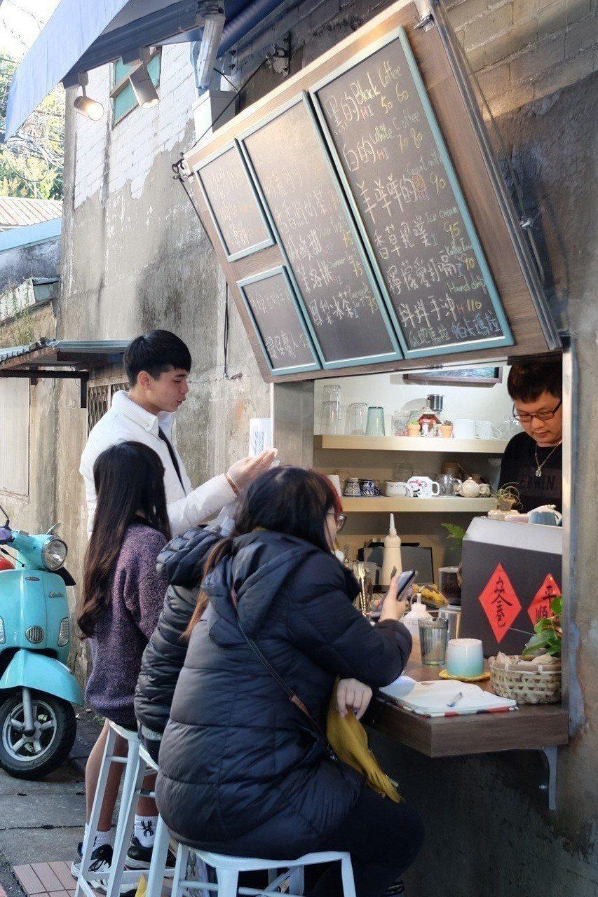 33巷咖啡有不少客人是附近鄰居及學生。記者黃仕揚/攝影